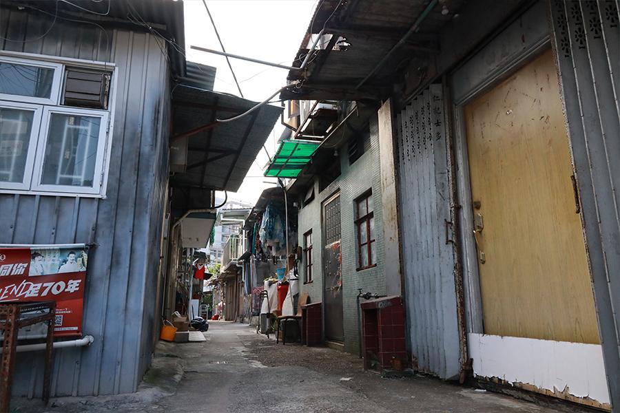 薄扶林村的鐵皮屋民居、舊店舖。(陳仲明/大紀元)