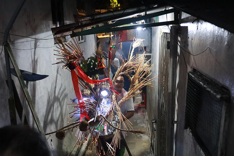 中秋節前一日,薄扶林村也舉辦舞火龍活動,主要巡遊地點在村內小巷。(陳仲明/大紀元)
