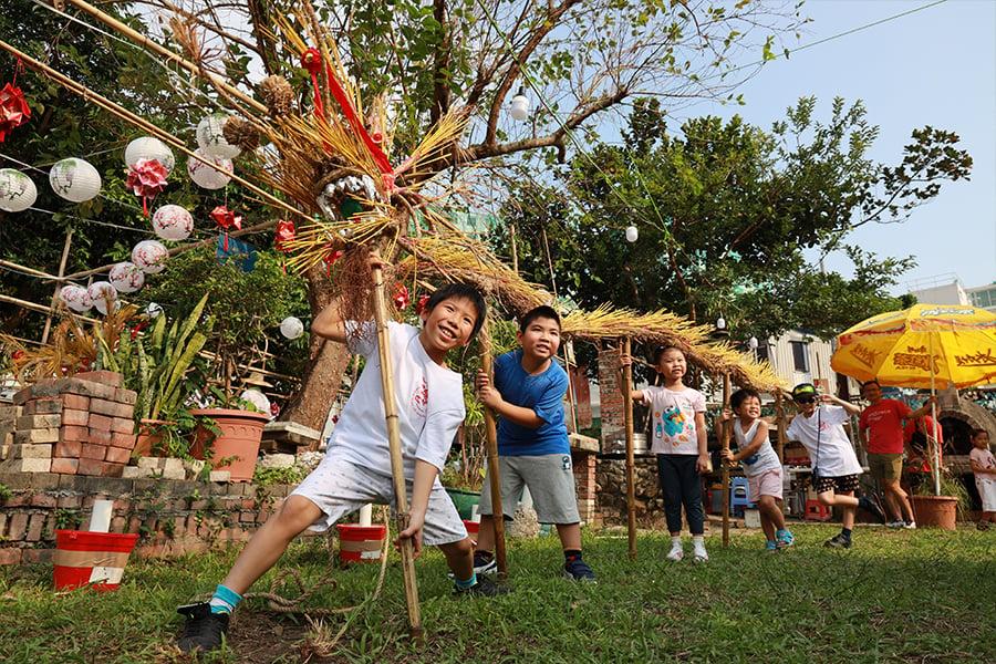 「薄扶林村聚落節」中,小朋友們學習舞火龍,十分興奮。(陳仲明/大紀元)