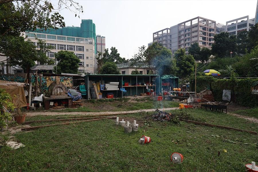 村民與學生一同落手落腳,歷經十個月的努力建成「菜園地」,佔地約四千呎。(陳仲明/大紀元)