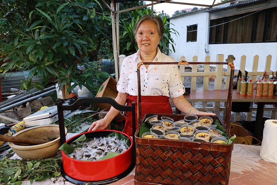 村民現場教導雞屎藤茶粿製作。(陳仲明/大紀元)