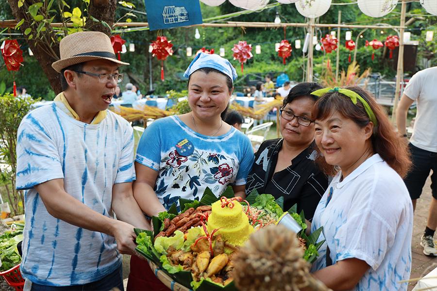 明愛社工黃姑娘(左二)在聚落節期間收到精心製作的「生日蛋糕」。(陳仲明/大紀元)
