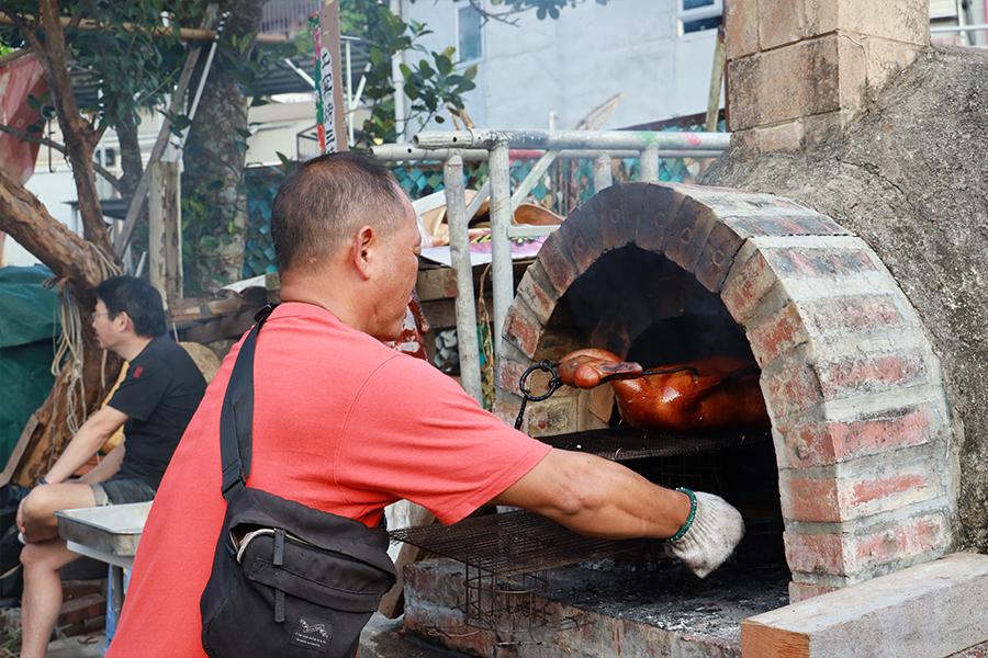 吳江乾師傅製作的炭窰燒味,令人垂涎三尺。(陳仲明/大紀元)