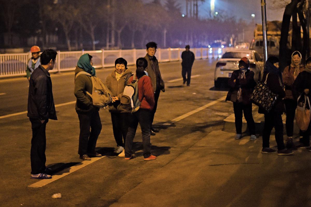 黑龍江再爆「黑奴工」案,大多數受害人都是在勞務市場或火車站被騙走的。圖為2017年3月26日青島市株洲路等活的民眾。(大紀元資料室)