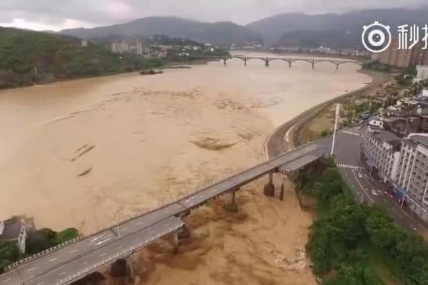 受尼伯特颱風影響,316國道福建閩清縣溪口大橋被洪水沖塌。(網絡圖片)