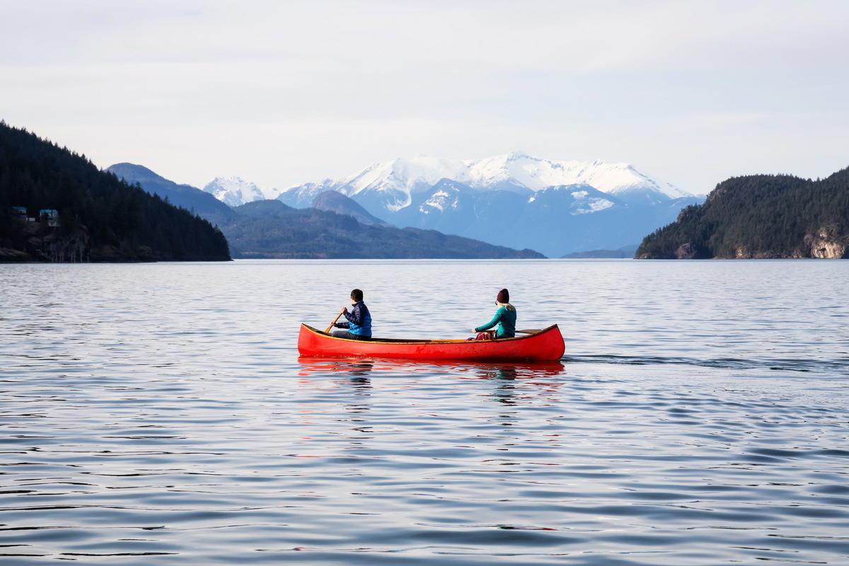 泛舟湖上,享受清閒。