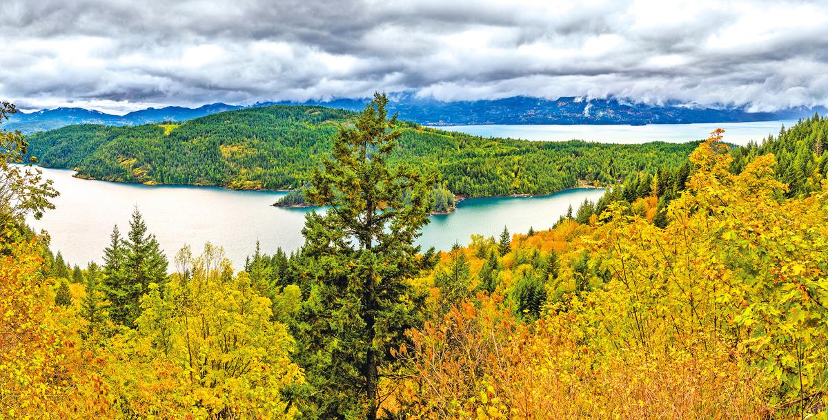 哈里森溫泉鎮湖光山色,風景迷人。