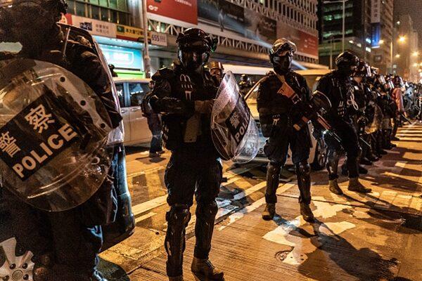 港警的暴力鎮壓令香港籠罩在紅色恐怖中。(Anthony Kwan/Getty Images)