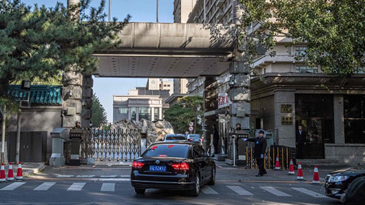 網上傳聞,當局為防政變,所有參加四中全會的中共官員,入住京西賓館後都遭變相軟禁。(NICOLAS ASFOURI/AFP via Getty Images)