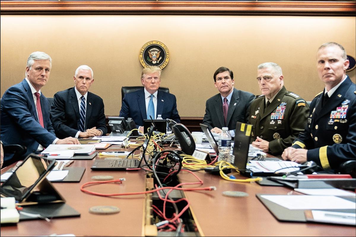 白宮周日(10月27日)發佈特朗普總統周六晚實際觀看美國特種作戰部隊靠近ISIS頭目巴格達迪、執行行動的照片。(美國白宮照片)