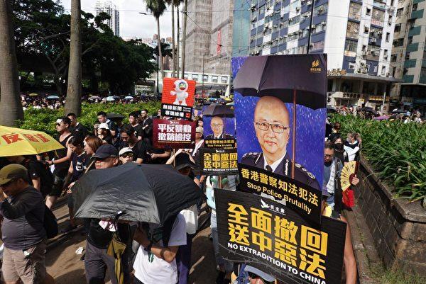 7月21日港島大遊行,有市民手持諷刺警務處處長盧偉聰無法無天的海報。(余鋼/大紀元)