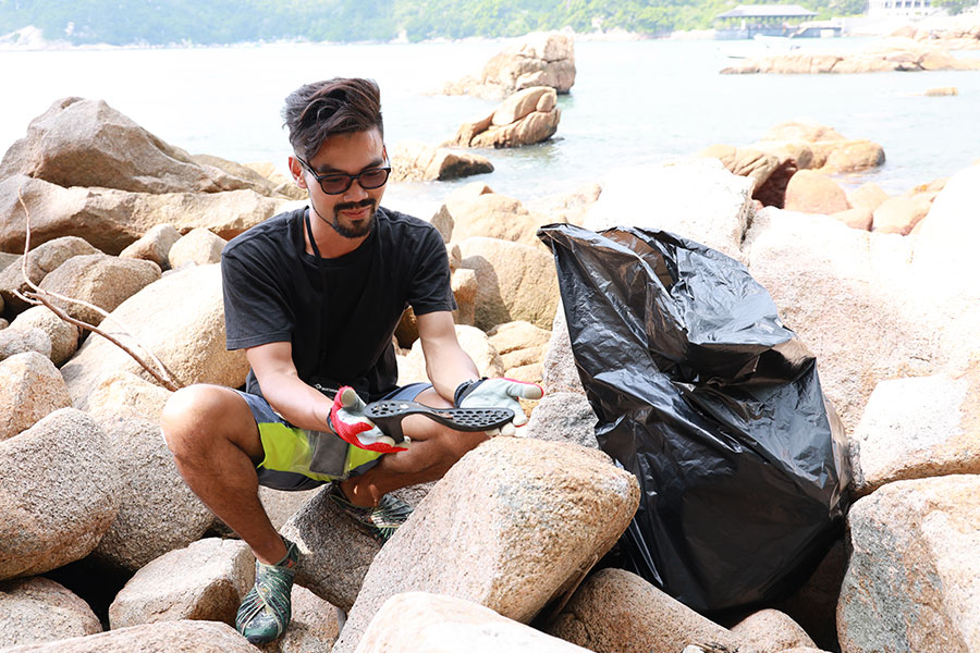 義工在海灘收集塑膠垃圾。(陳仲明/大紀元)