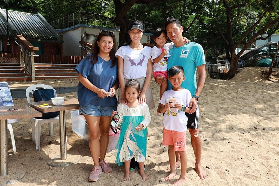 10月26日南區海洋清潔活動中設有親子互動環節,小朋友們在清潔海岸後,將自己拾獲的垃圾製成一件小藝術品,從而引發他們對保育海洋環境的意識。(陳仲明/大紀元)
