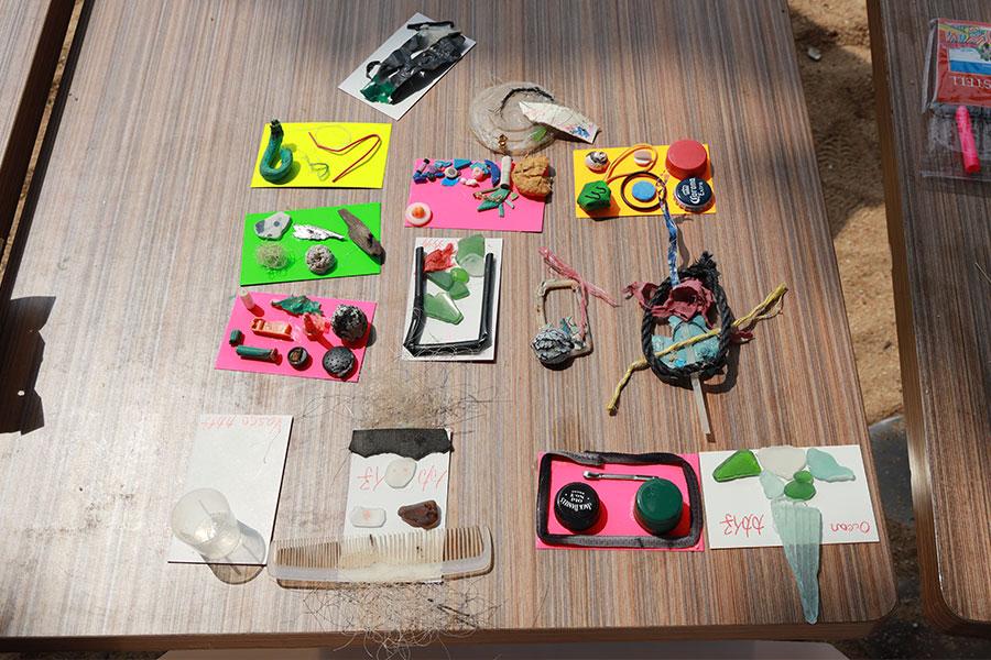 由小朋友用自己拾獲的垃圾製成的小藝術品。(陳仲明/大紀元)