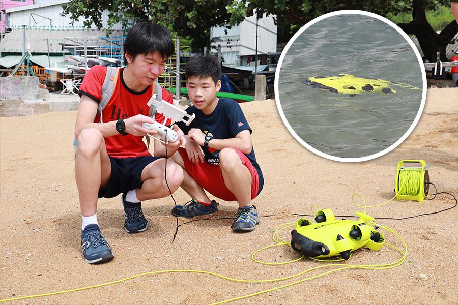 聖士提反書院水底機械人團隊在海灘測試水底機械人。小圖為水底機械人在海中的測試情況。(陳仲明/大紀元)