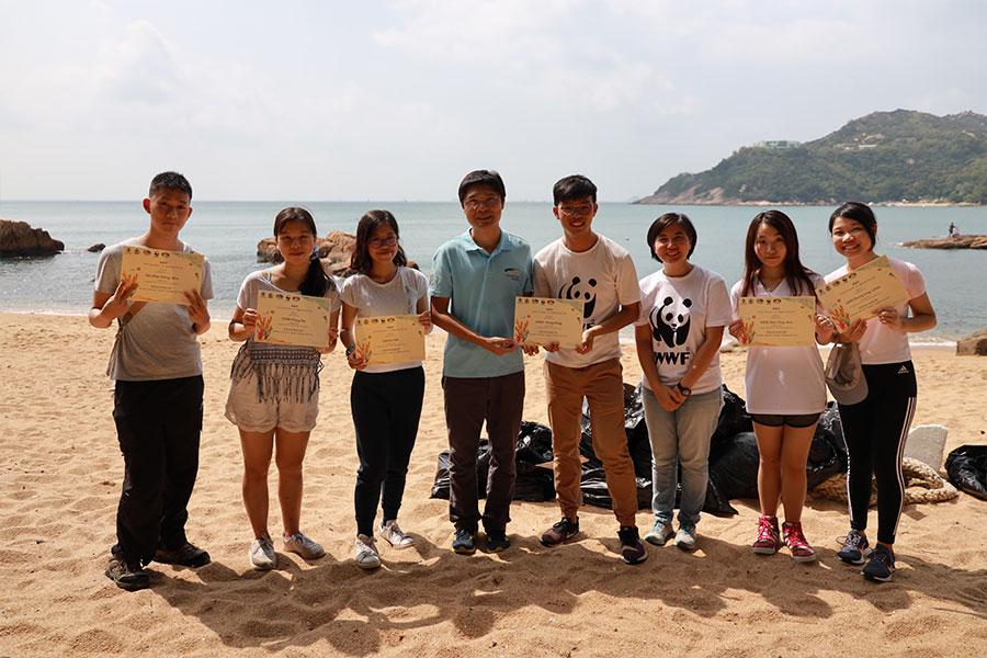 漁農自然護理署代表向10月26日南區海洋清潔活動參加者頒發證書。(陳仲明/大紀元)