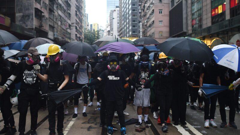 近日,兩名到訪美國的「香港民間記者會」成員,,講述香港的反送中抗爭為甚麼會出現「勇武派」。( MOHD RASFAN/AFP via Getty Images)