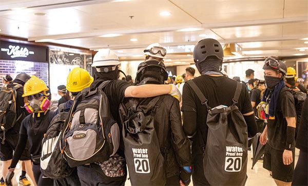 8月24日,香港九龍灣,反送中示威者並肩同行。(余鋼/大紀元)