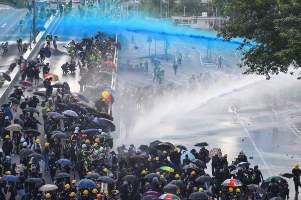 9月15日反極權集會遊行中,港警出動兩輛水炮車攻擊記者和示威者。(NICOLAS ASFOURI/AFP/Getty Images)