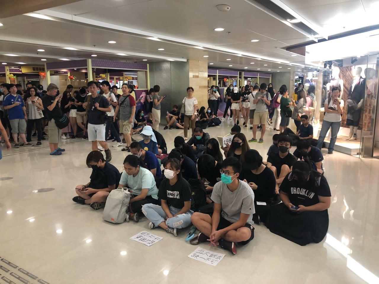 9月7日下午,香港市民自發在港鐵旗下的九龍灣德福商場靜坐抗議,要求港鐵公開831太子站警察無差別襲擊市民的監控錄像。(梁珍/大紀元)