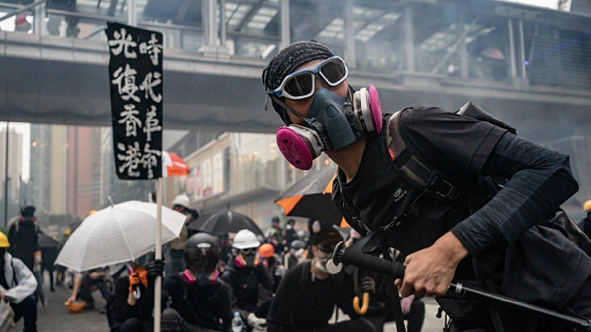 8月24日,香港觀塘區反送中遊行隊伍與警方對峙。(Anthony Kwan/Getty Images)