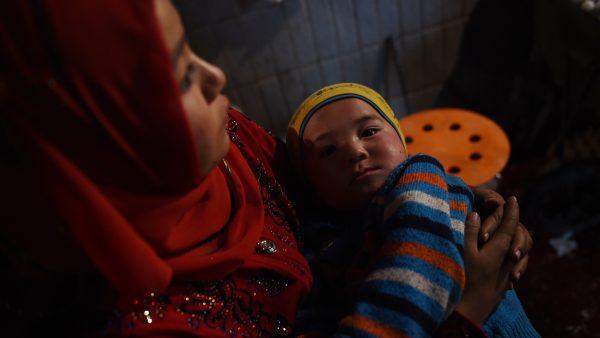 近日,一名流亡海外的新疆政府公務員披露,她認識的一個小女孩,在「再教育營」遭強暴,釋放後帶著一個嬰兒回家。示意圖(GREG BAKER/AFP/Getty Images)