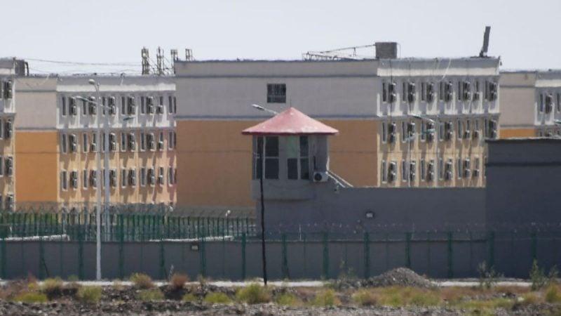 這張照片拍攝於2019年6月2日,展示了新疆阿圖克斯市一個戒備森嚴的再教育營的建築物,那裏被中共政府稱為職業技能教育培訓服務中心。(GREG BAKER/AFP/Getty Images)
