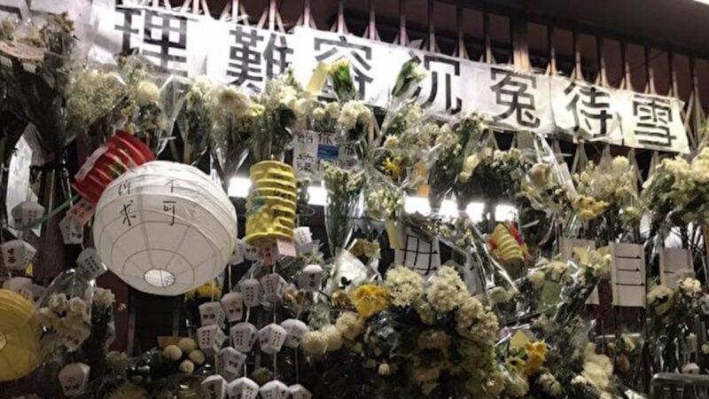 圖為9月13日,港人中秋之夜到太子站追悼8·31被港警打死的港人。(文瀚林/大紀元)