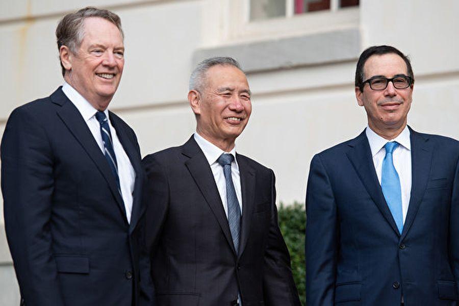 圖為中美貿易談判代表在10月11日結束第十三輪高級別貿易談判後,達成口頭的第一階段的貿易協議。(SAUL LOEB/AFP)
