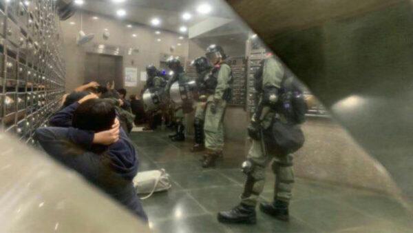 30日晚間再有市民號召到屯門大興警方行動基地聚集,要求交代不明氣體事件。(臉書圖片)