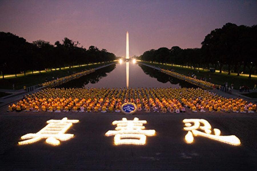 圖為2017年7月20日晚,美東部份法輪功學員在首府華盛頓林肯紀念堂前舉行燭光夜悼,紀念被中共迫害致死的法輪功學員。(戴兵/大紀元)
