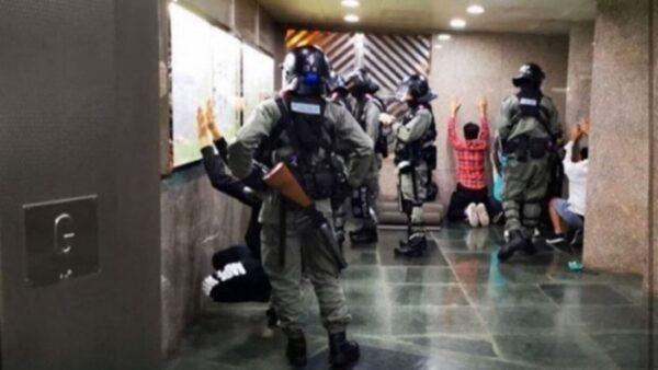 從現場傳出的照片中可見,多人被要求面牆跪地,雙手舉高或放在頭部後方。(臉書圖片)