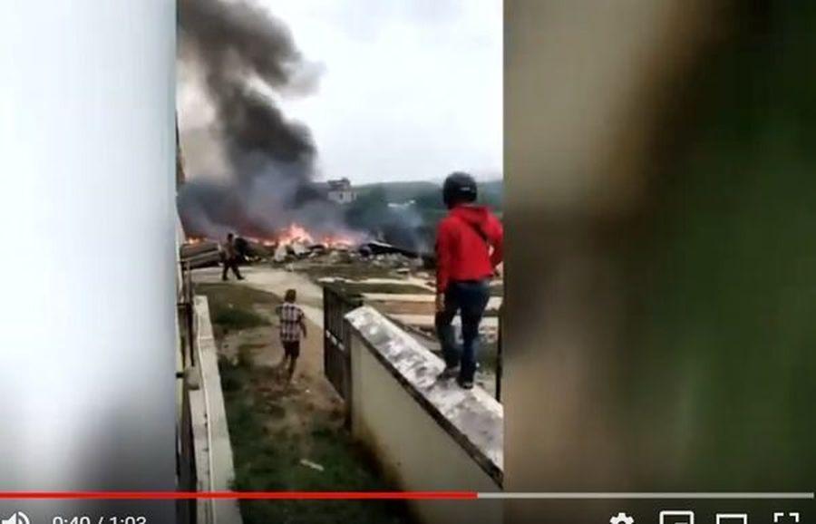 有消息說,中共軍方南部戰區第75集團軍本月初在湖南一次模擬「突擊香港」的演習中,一架直-8G直升機墜毀,導致11名軍人死亡。圖為今年3月12日,大陸網絡有多個影片顯示,疑似一架飛機在海南樂東墜毀。(影片截圖)