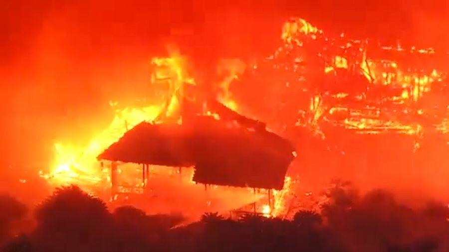 2019年10月31日凌晨,沖繩那霸市首里城陷入一片火海。(影片截圖)