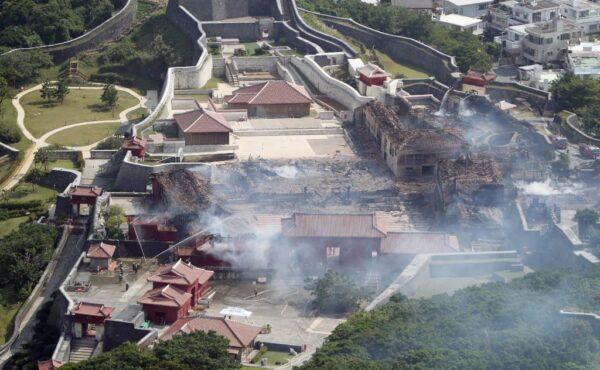 2019年10月31日凌晨,沖繩(琉球)的象徵首里城大火,起火點疑似是正殿,火勢延燒到北殿、南殿等共6棟建築,燒燬面積4,200平方米。(STR/JIJI PRESS/AFP via Getty Images)
