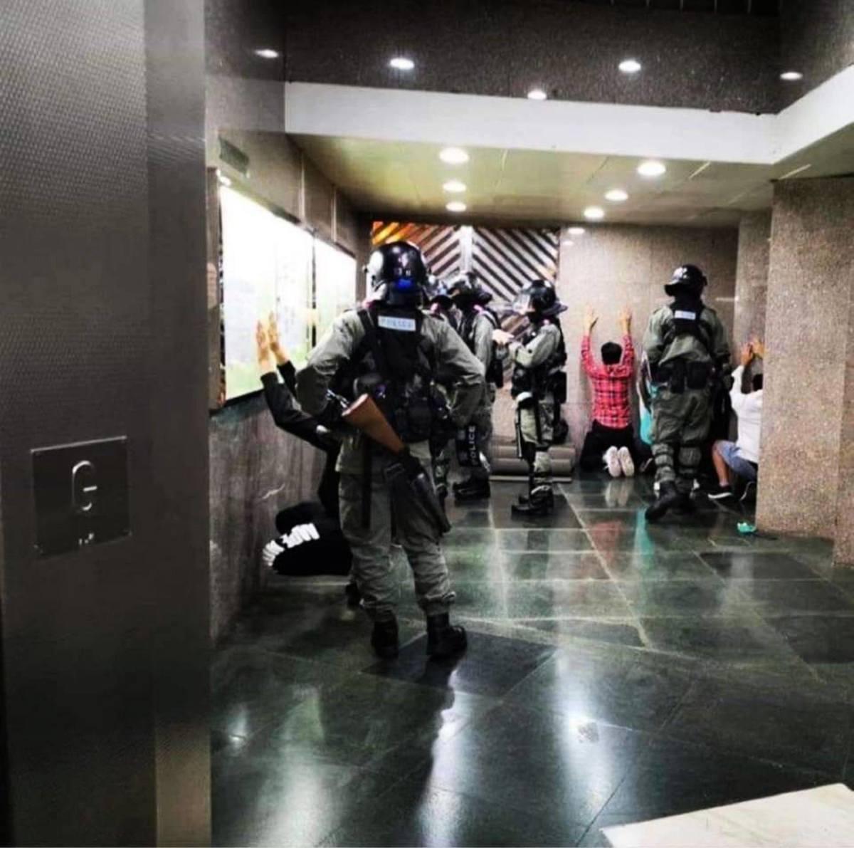 30日晚,在屯門發生警民衝突,警察闖入私人屋苑抓人,只少十多住民被警方帶走。(網絡圖片)