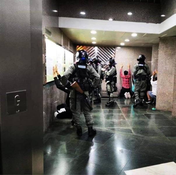 30日晚警察闖私人屋苑 屯門十多名街坊被捕