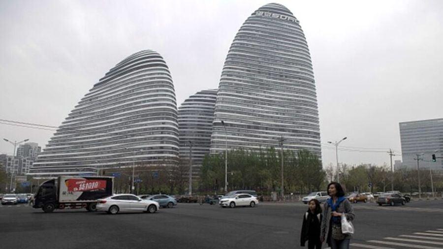 潘石屹控制的SOHO中國,擬以80億美元出售中國境內的8大辦公樓,包括北京的望京SOHO。(NICOLAS ASFOURI/AFP/Getty Images)