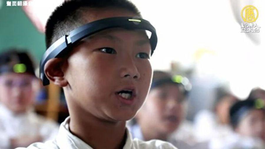 有中國的小學,聲稱是為了提高成績,讓學生戴上監測腦電波的AI頭環。(授權影片截圖)