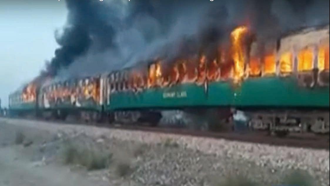 巴基斯坦旁遮普省一列火車31日發生烹煮用煤氣罐爆炸起火意外。(視頻截圖)