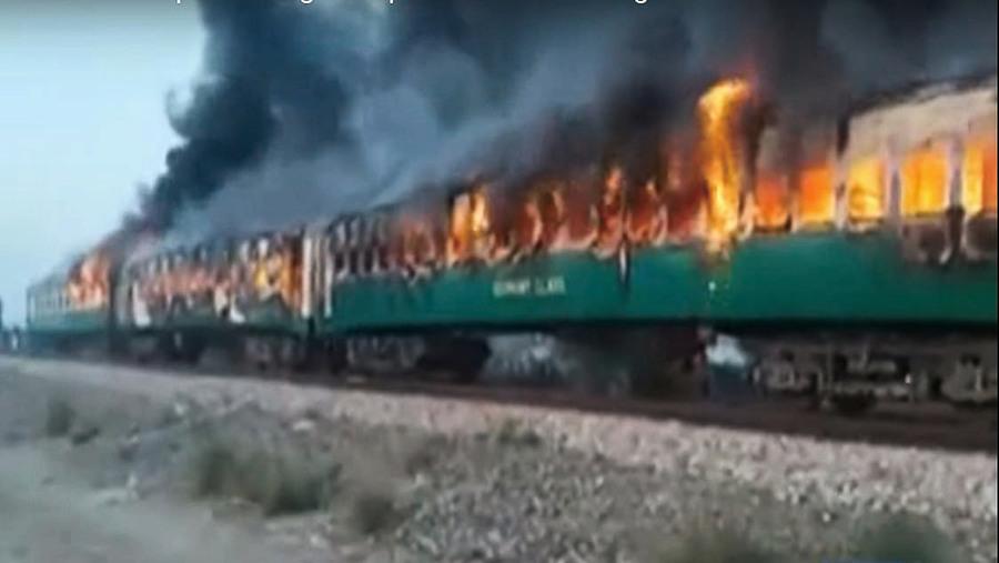 乘客火車上煮食起火七十三死
