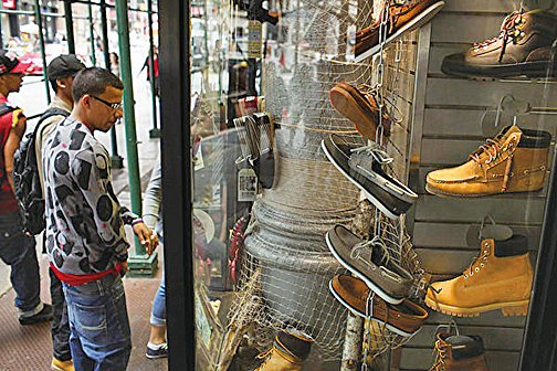 唐人街的小店或地攤,充斥假名牌。(Getty Image)
