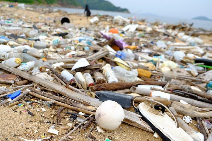 近日大量大陸垃圾隨水流漂到香港,沖上各處海灘。圖為大嶼山分流海灘佈滿隨水流漂而來的垃圾。(環保觸覺提供)