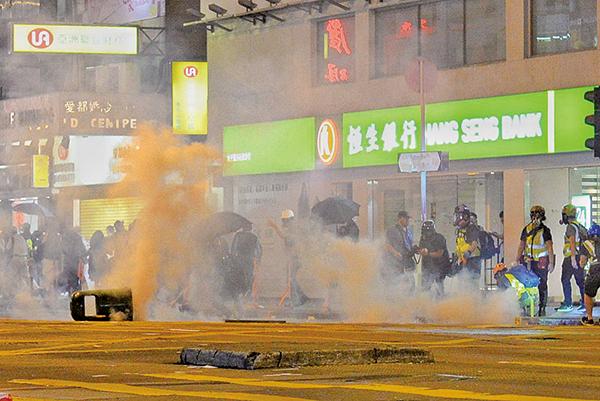 昨為8.31警方被指恐襲市民兩個月。警方如驚弓之鳥,出動大量防暴警在彌敦道旺角及太子段設防線,多次射催淚彈等驅趕悼念市民。(余天佑、宋碧龍/大紀元)