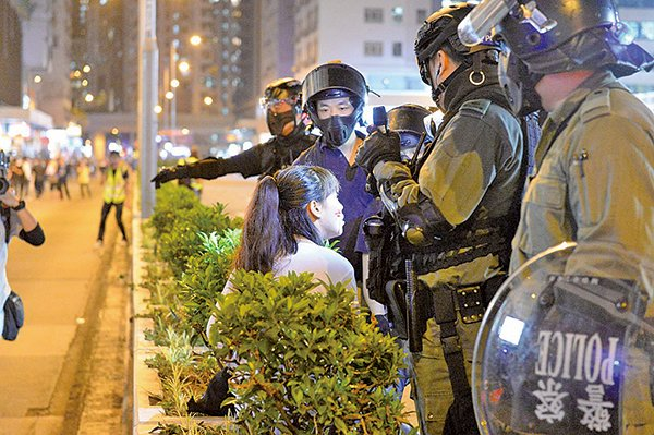 彌敦道有一女子遭防暴警察粗暴拘捕,面部多處受傷流血。(宋碧龍/大紀元)