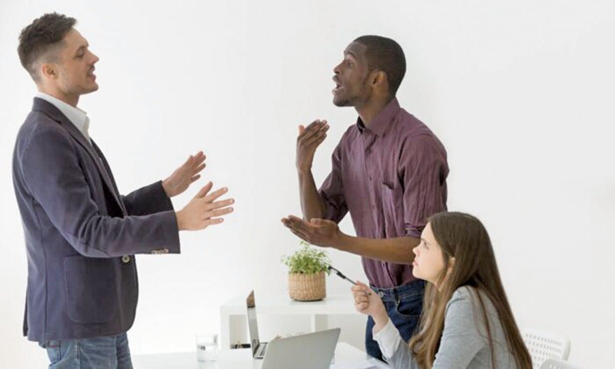 最近的研究提出了一種新方法,稱為「自我疏離」,可以幫助人們在發生衝突和分歧時保持冷靜,從而有效解決問題。(fizkes/Shutterstock)