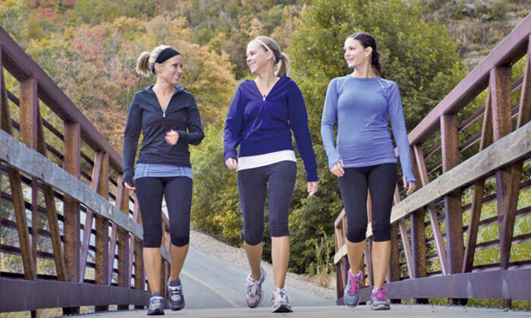 進行一些溫和的運動,例如走路,跳舞,游泳或其它任何方法,都可以減輕炎症。(Illustration – Shutterstock)