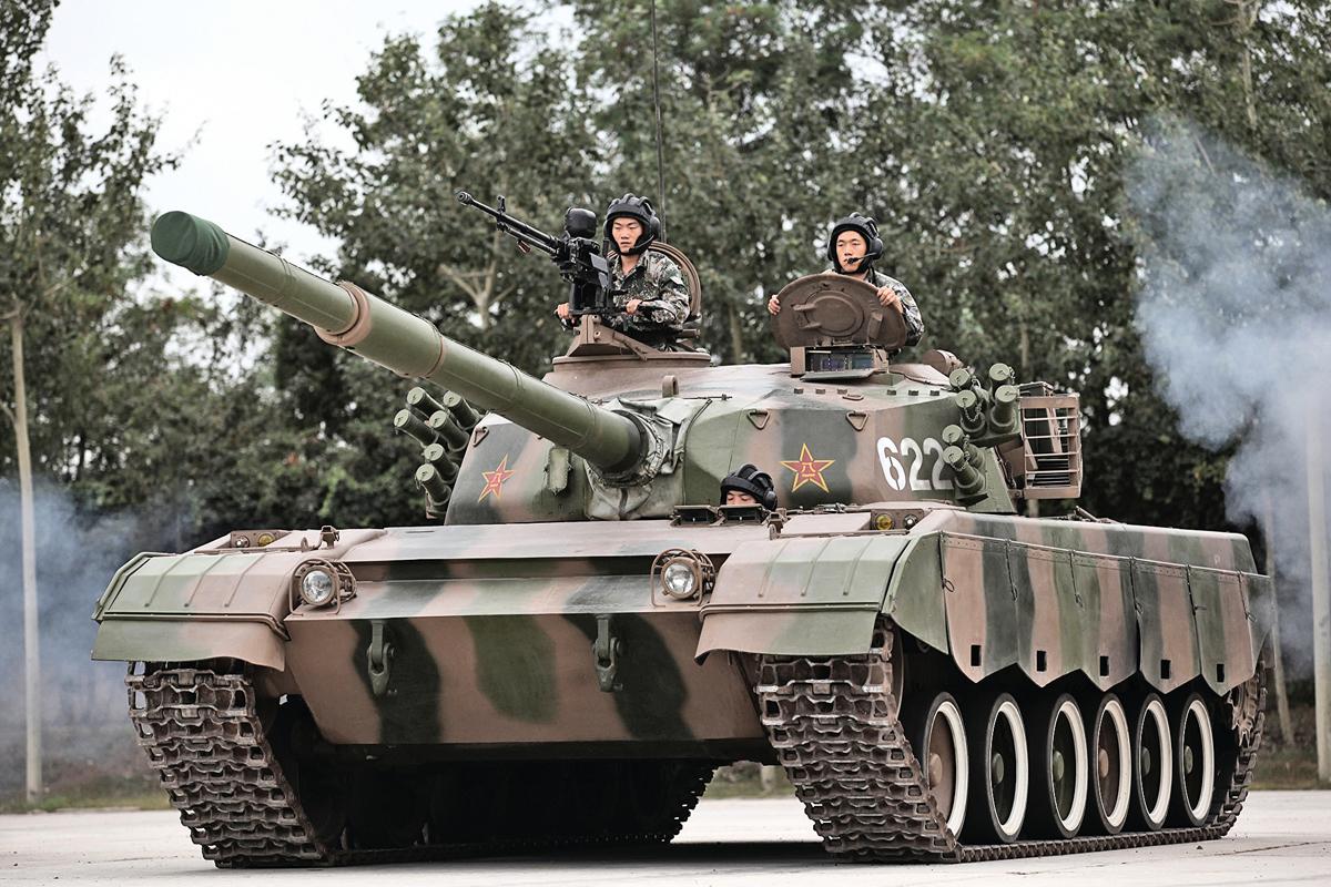 圖為2014年7月22日的北京,士兵駕駛坦克。(VCG/VCG viaGetty Images)