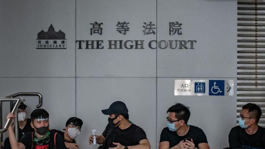 香港高等法院10月31日頒佈臨時禁制令,禁止任何人在網絡論壇及通訊軟件上,發佈「威脅使用暴力的言論」。港府此舉再度引發社會各界反感及批評。(PHILIP FONG/AFP/Getty Images)