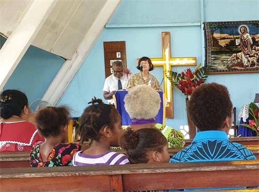 法輪功學員在教堂講述法輪功真相(明慧網)